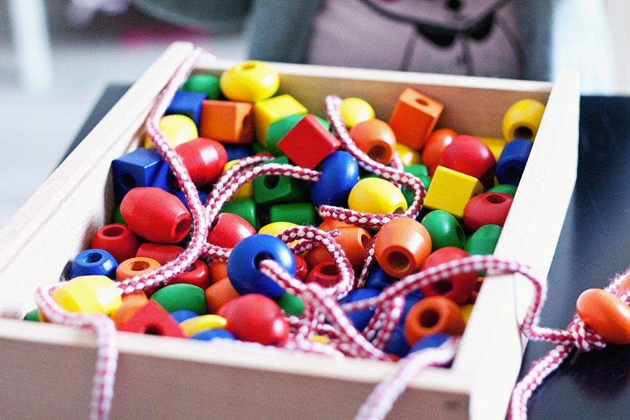 Comment occuper ses enfants enfiler des perles - Perle pour enfant ...